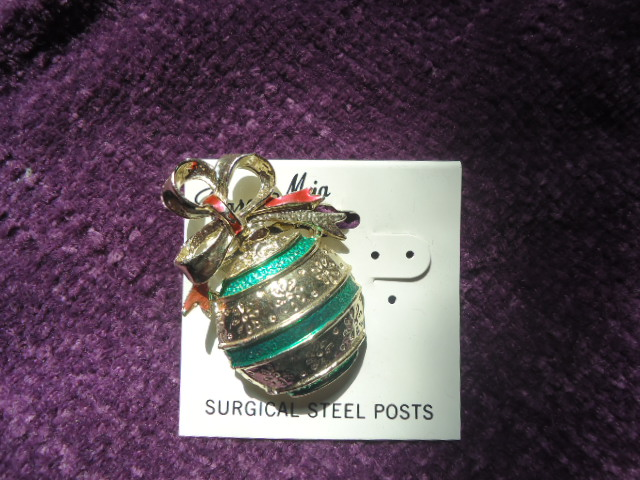 #3902SB  CHRISTMAS SCARF & LAPEL PIN- SILVER BELL